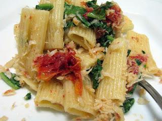 Rigatone com Bacalhau, Tomate Seco e Rúcula