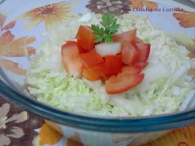 Salada de Acelga, Tomate e Cebola com Caqui Fuyu