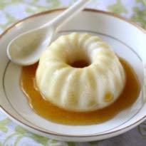 manjar de côco com calda de ameixa gelatina