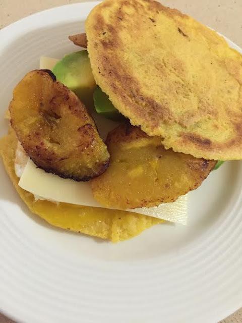 Arepa con Huevo Frito, Queso Manchego, Aguacate y Plátano Maduro frito