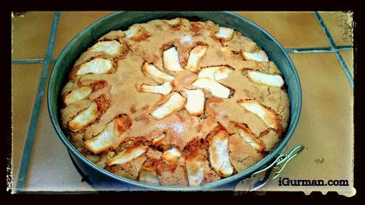 obrátený jablkový koláč so smotanou