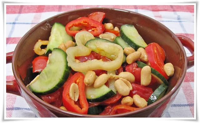 Balzsamecetes vegyes saláta földimogyoróval.