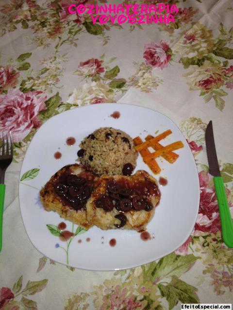 Escalopinho de lombo suino com molho de alecrim e azeitonas pretas.