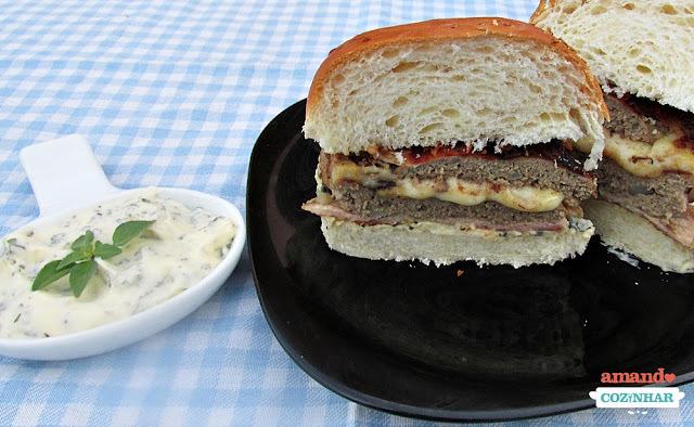 Hambúrguer caseiro recheado e enrolado com bacon + Maionese temperada