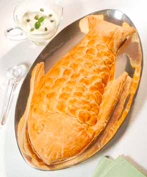 peixe inteiro assado no forno com molho de camarão