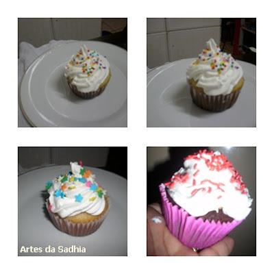 Cupcakes de baunilha e de chocolate