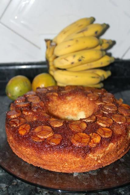 Bolo de Laranja com Banana e Calda Caramelada