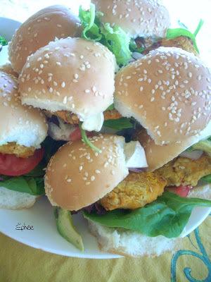 Mini hamburger tout en hauteur, à la patate douce et aux pois chiches