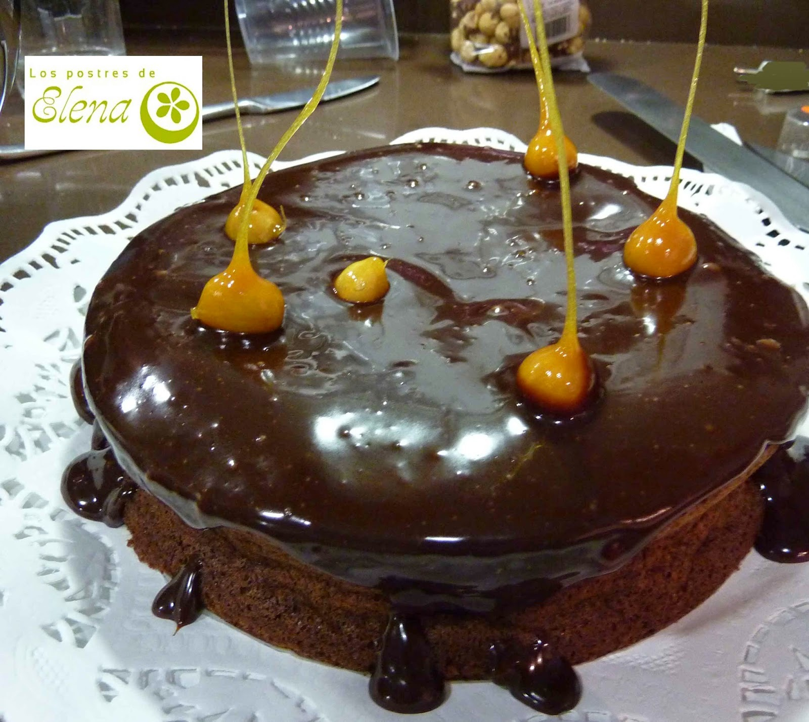 Tarta de chocolate con avellanas caramelizadas.