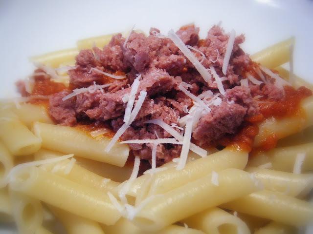 MACARRONES CON TOMATE Y  'CORNED BEEF'