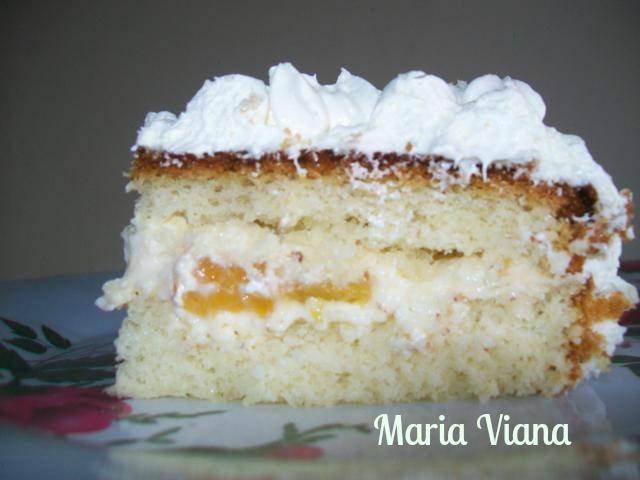 Bolo com pêssegos e glacê de leite em pó: Maria Viana