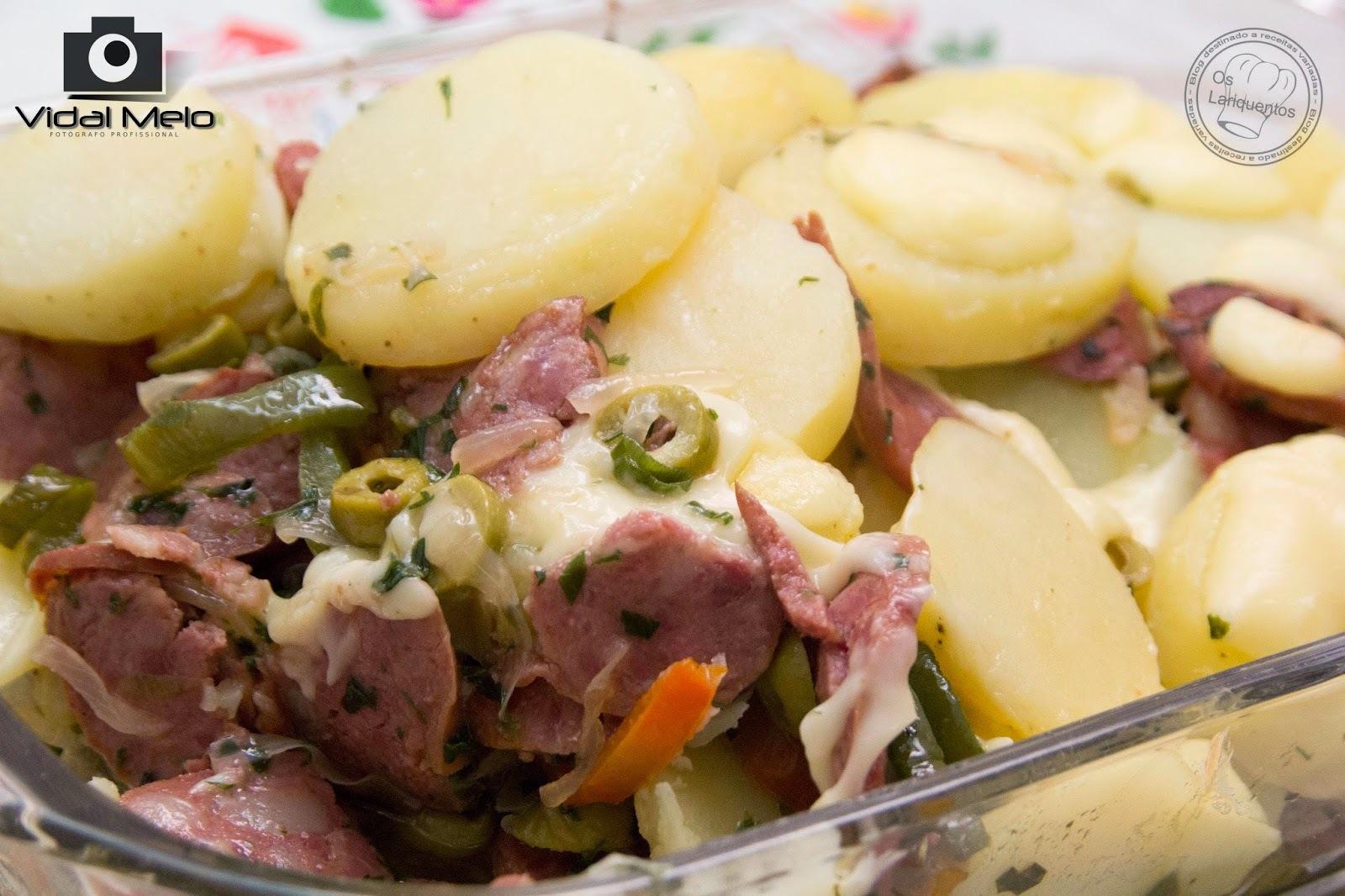Linguiça calabresa com batatas e requeijão