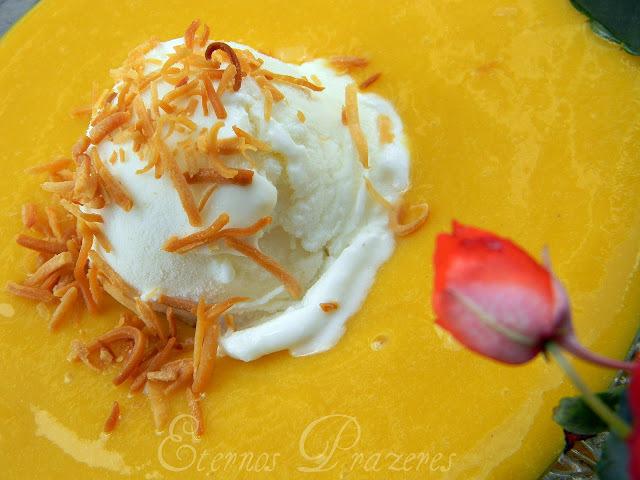 Sopa gelada de manga e gengibre com sorvete de coco