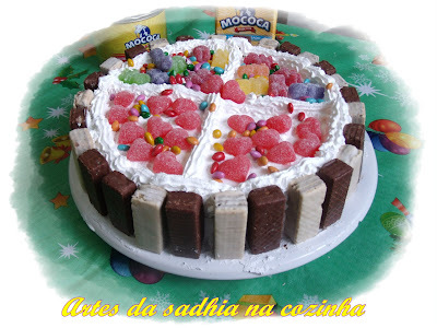 bolo de chocolate confeitado para aniversario