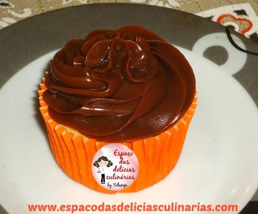 Cupcake com bombom e cobertura de chocolate