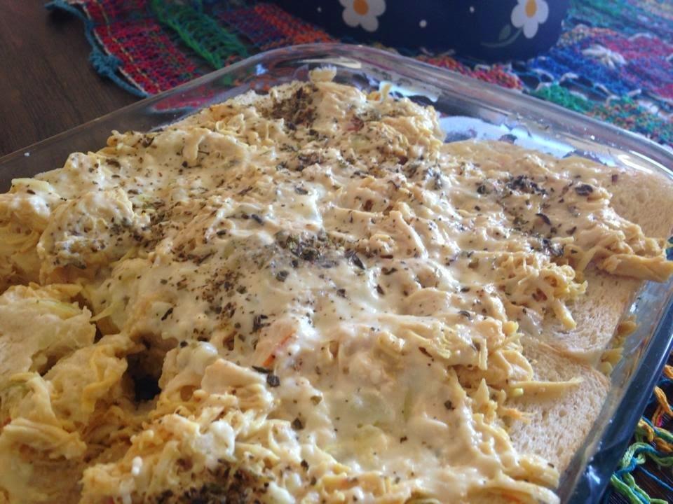 torta de frango com pao de forma e molho branco