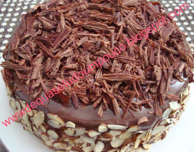 Bolo branco com brigadeiro mole de chocolate e amendoas