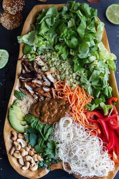 Pollo en salsa vietnamita y ensalada primaveral