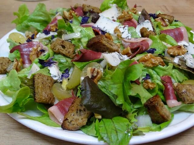 Salade d'automne au magret de canard fumé, aux noix, au bleu d'Auvergne