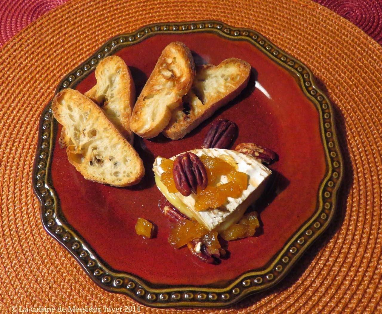 Brie fondant aux ananas, rhum et pacanes
