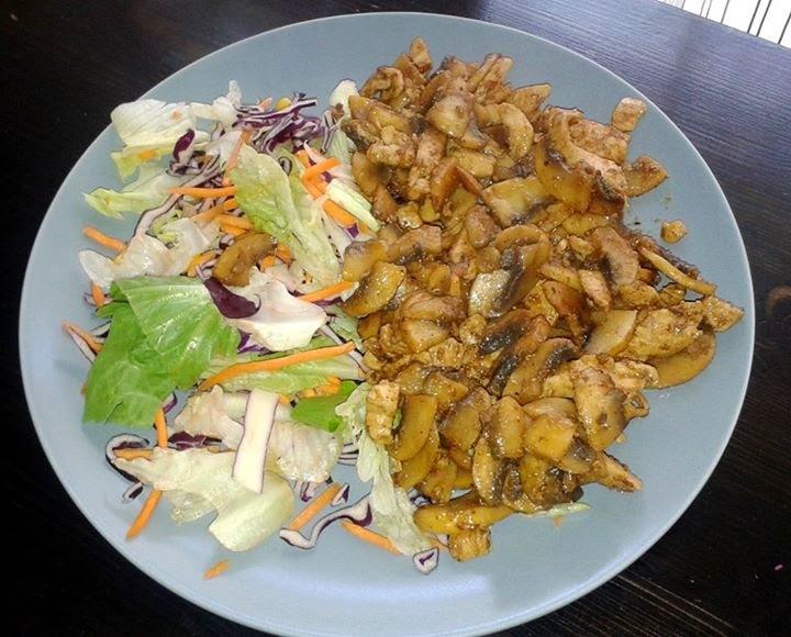 Pirított csirkemell gombával és friss vegyes salátával
