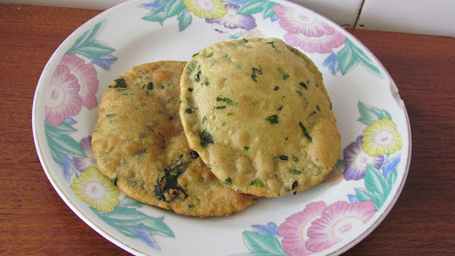 Palak Puri(Puffed Fried Indian Bread With Spinach)
