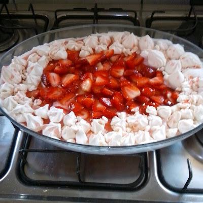 sobremesa facil suspiro açúcar morangos picados
