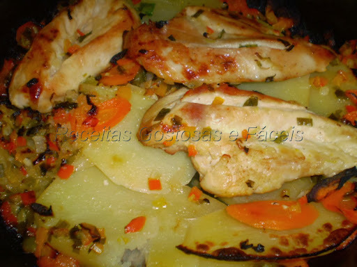 Peito de frango ao forno com legumes