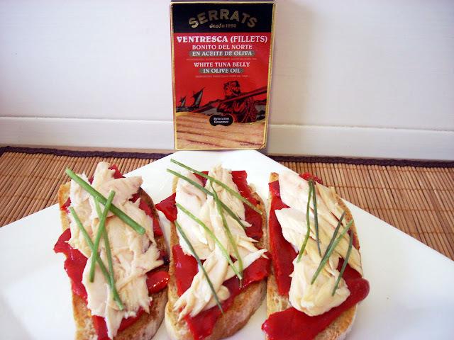 Tosta de Chapata con Piquillos y Ventresca de Bonito del Norte