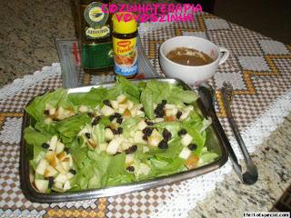 Salada de alface,maça e uvas passas e molho especial