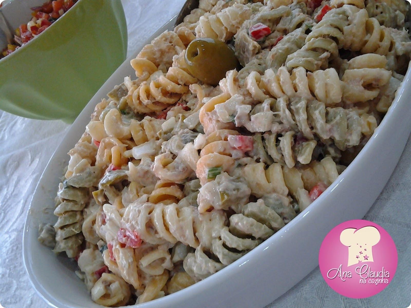 salada de macarrão e atum em lata