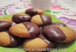 Masitas de nueces con baño de chocolate