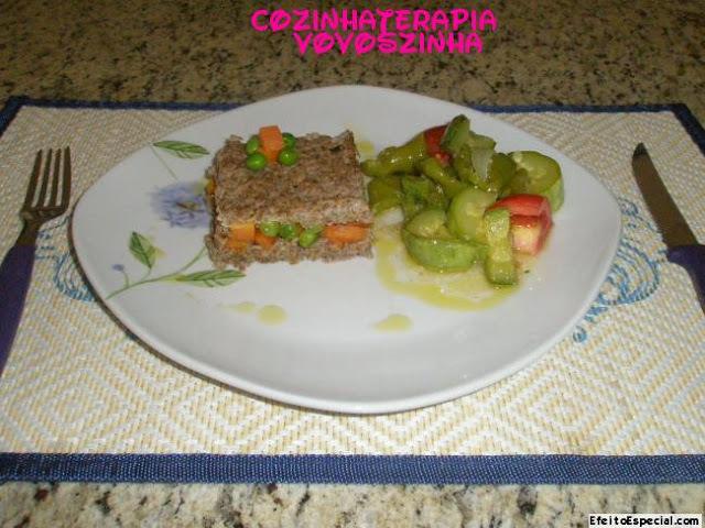kibe de forno com recheio de cenoura e salada brasileira