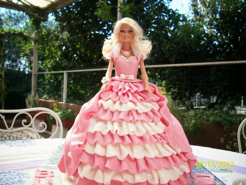 Aprenda a fazer um bolo da Barbie