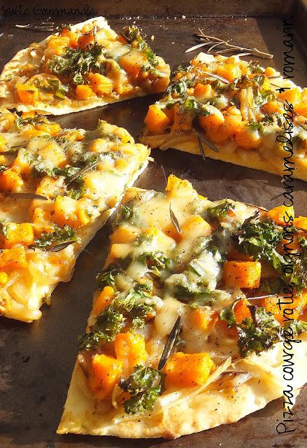 Pizza à la courge rôtie, oignons caramélisés & romarin