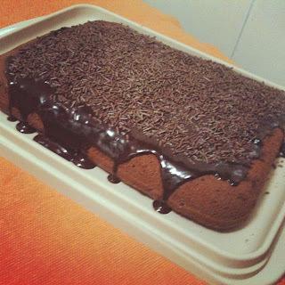 de bolo de chocolate com ameixas em calda