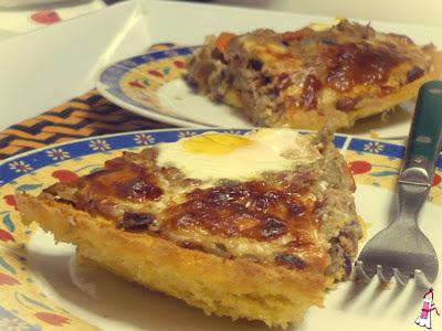Pastel de polenta y atún con huevos poché