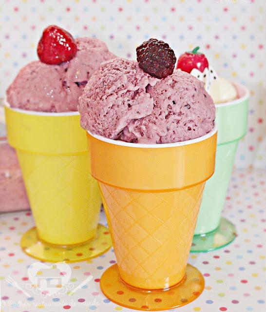 Sorvete de iogurte com frutas vermelhas e banana