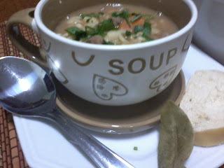 de sopa de feijão com macarrão na panela pressão