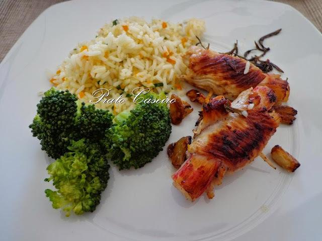 Bifes de peru enrolados em delícias do mar com alho e alecrim com arroz de cenoura e salsa e brócolos