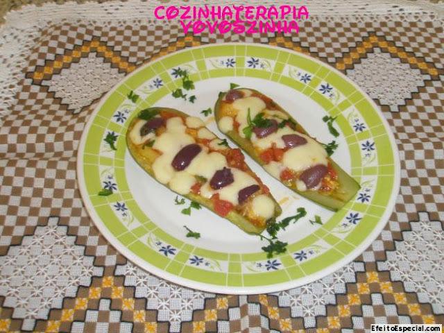 Abobrinha recheada com tomate e queijo+Salada carolina