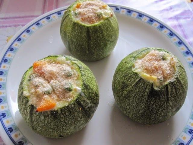 Abobrinhas recheadas com legumes