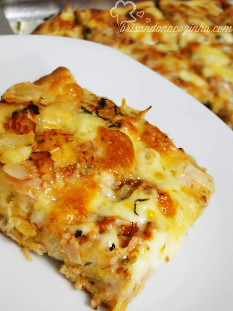 Focaccia de peito de peru, tomate e queijo