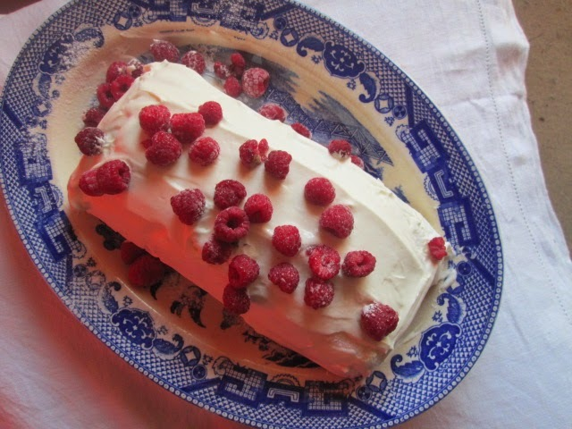 Meringue roulade with raspberries  (rollo de merengue con frambuesas)