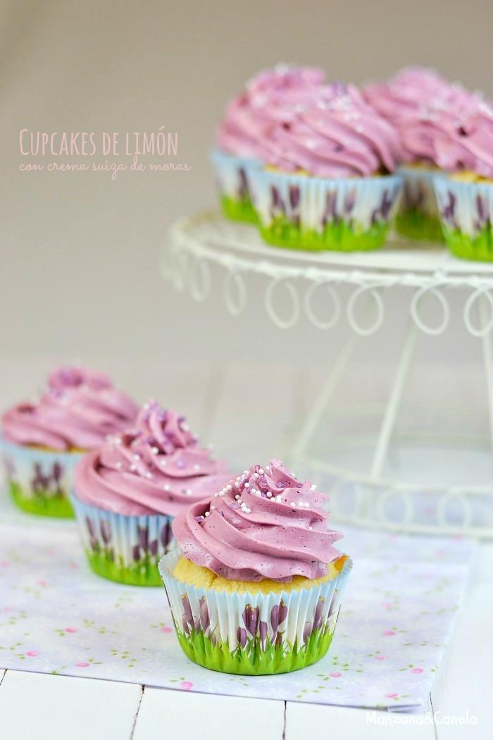 Cupcakes de limón con crema suiza de moras