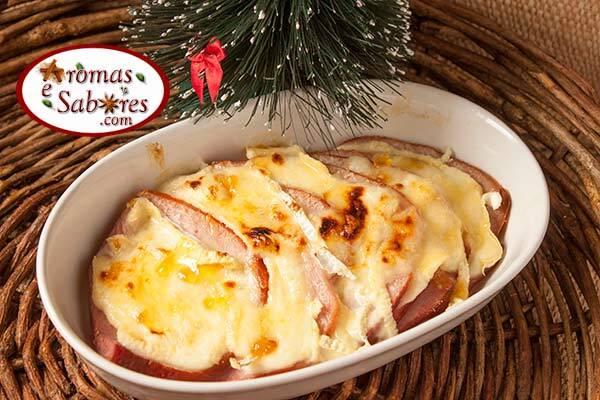 Tender com queijo brie e geleia de damasco