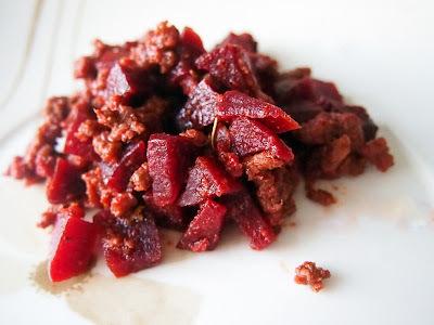 Carne moída com beterraba e alecrim