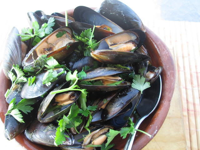 mussels with garlic and parsley