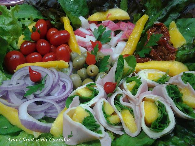 Salada Colorida com Rolinhos de Manga