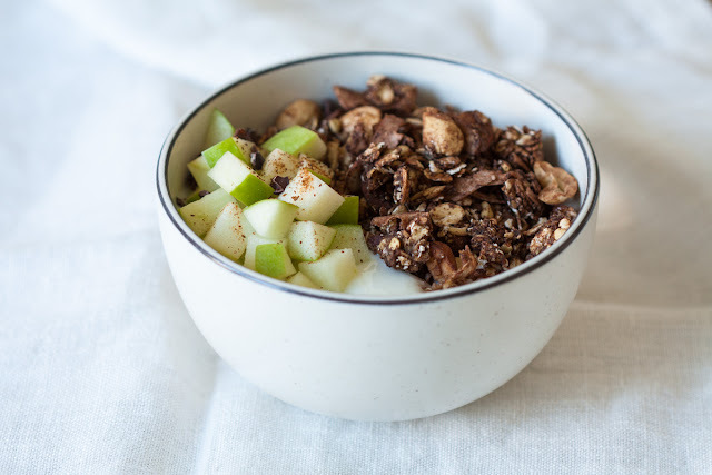 Čokoladna granola sa bananom i kokosom